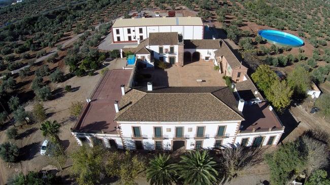 Vista aérea de Hacienda Pago las Monjas. Cortijo y Almazara.