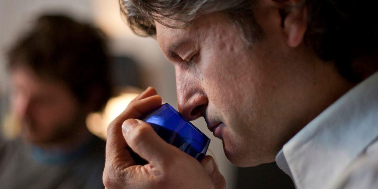 Alumno del curso de Cata ESAO trabajando el olfato